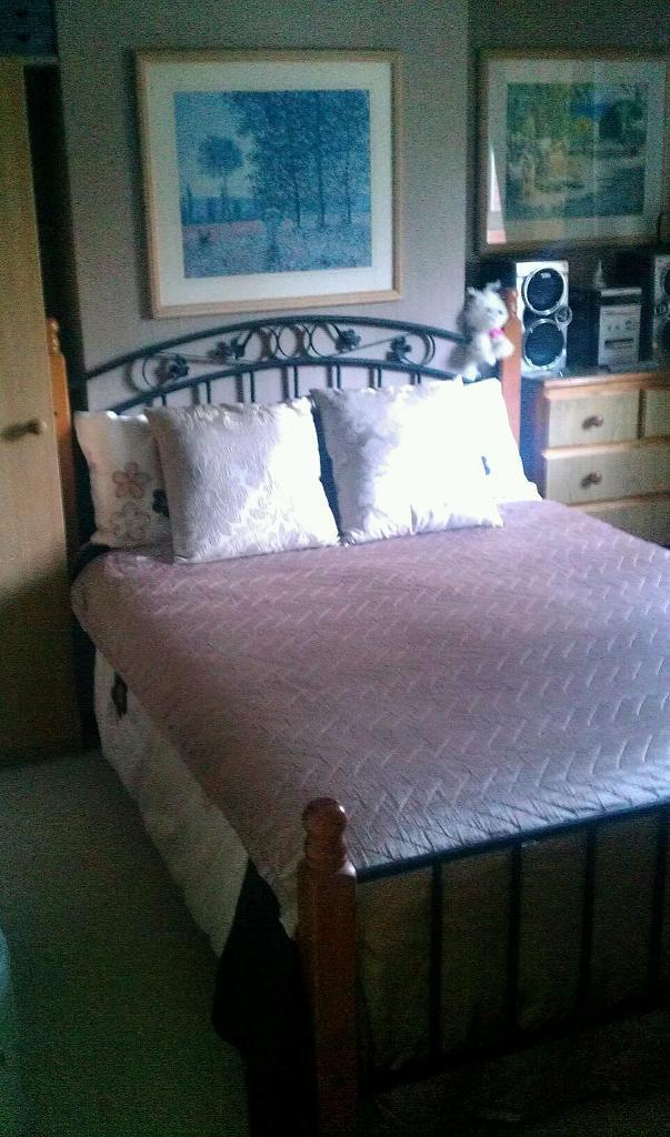 Double bed room to rent.