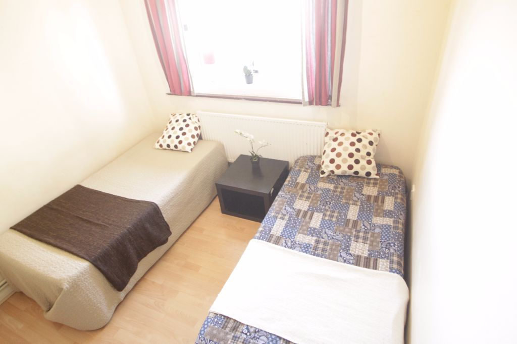 WE HAVE 2 TWIN ROOMS AVAILABLE ACROSS MORNINGTON CRESCENT'S UNDERGROUND STATION! NEAR CAMDEN! 60D