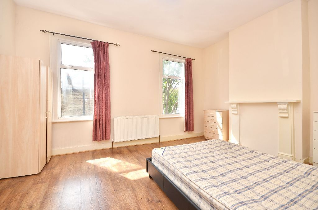 EXTRA LARGE DOUBLE ROOM AVAILABLE FOR RENT ***NO DEPOSIT***REQUIRED