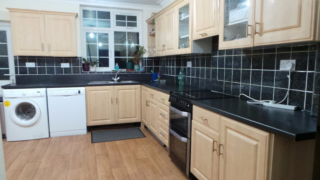 Newly refurbished spacious ENSUITE Room with parking to Share with quite Professional family