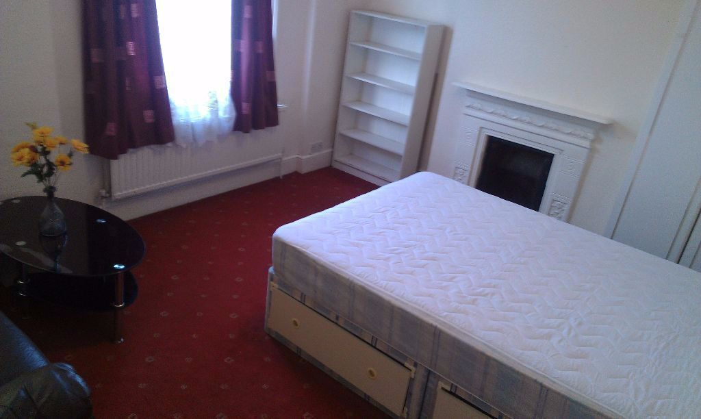 TOOTING DOUBLE ROOM BILLS INCLUDED AVAILABLE TO COUPLES IN A QUIET HOUSE NEXT TO STATION