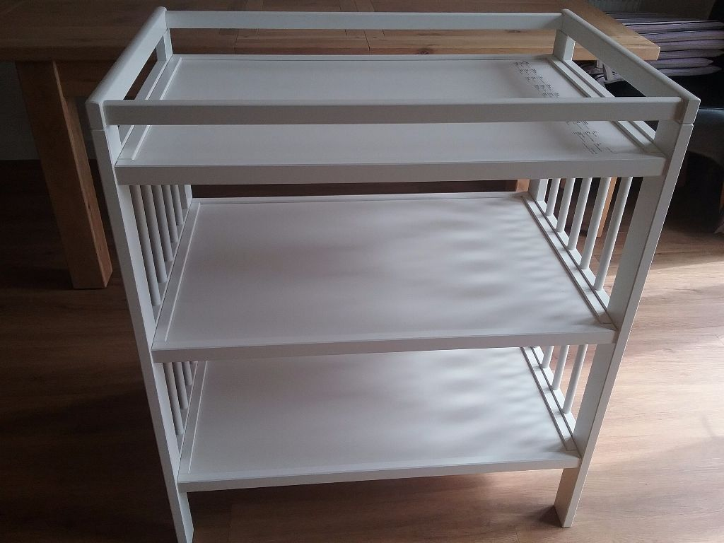 IKEA Gulliver Changing Table in White (Mamas & Papas changing mat included)(excellent condition)