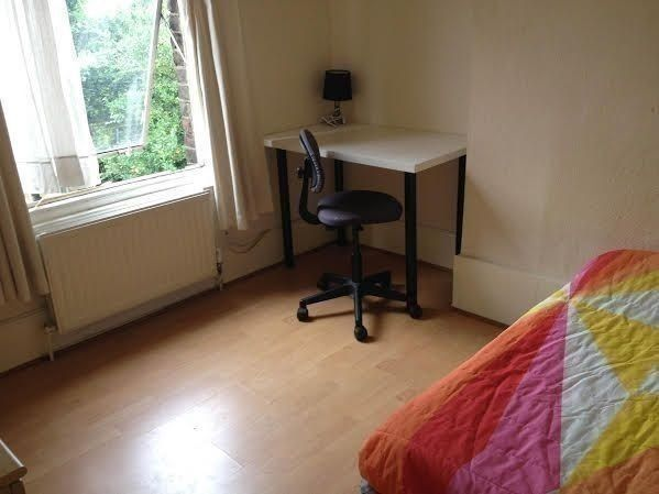 Almost ZONE 1 --- DOUBLE ROOM AVAILABLE !!!! SHADWELL STATION!!!! 1 stop from BANK