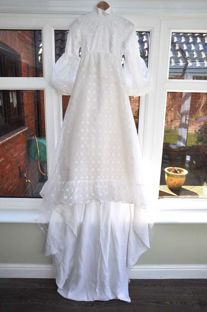 vintage (1975) wedding dress. Todays size 6 very good condition.