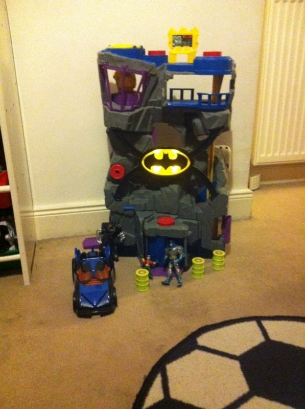 BATCAVE,LIGHTS UP WITH CAR,ACCESSORIES AND SMALL FIGURES