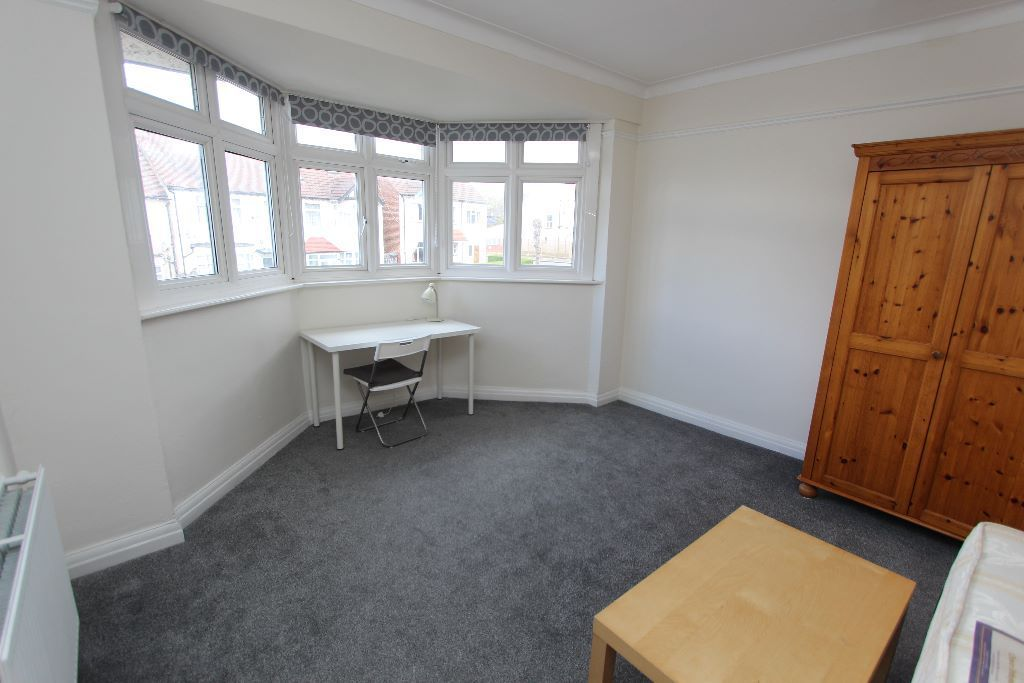 ALL BILLS INCLUDED friendly flatshare in Golders Green Available NOW!