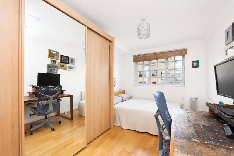 Spacious Double bedroom, own bathroom and good storage