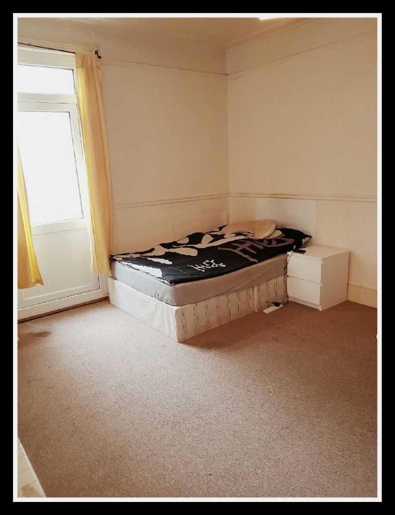 a large double room to rent in Thronton Heath