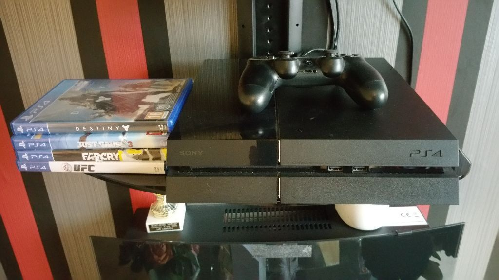 PS4 500GB 4 GAMES +1 GENUINE PAD ALL LEADS MINT CONDITON