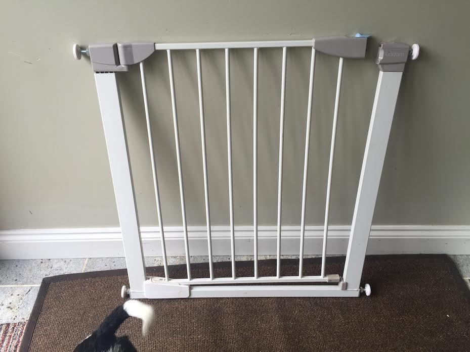 Lindam baby safety gate - pressure fit and auto close - complete with all fixings