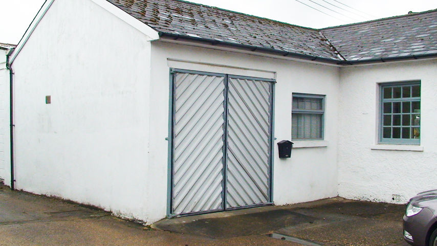 Multi purpose workshop/office/storage/studio with parking. Easy terms. Short or long tenancy. Quiet.