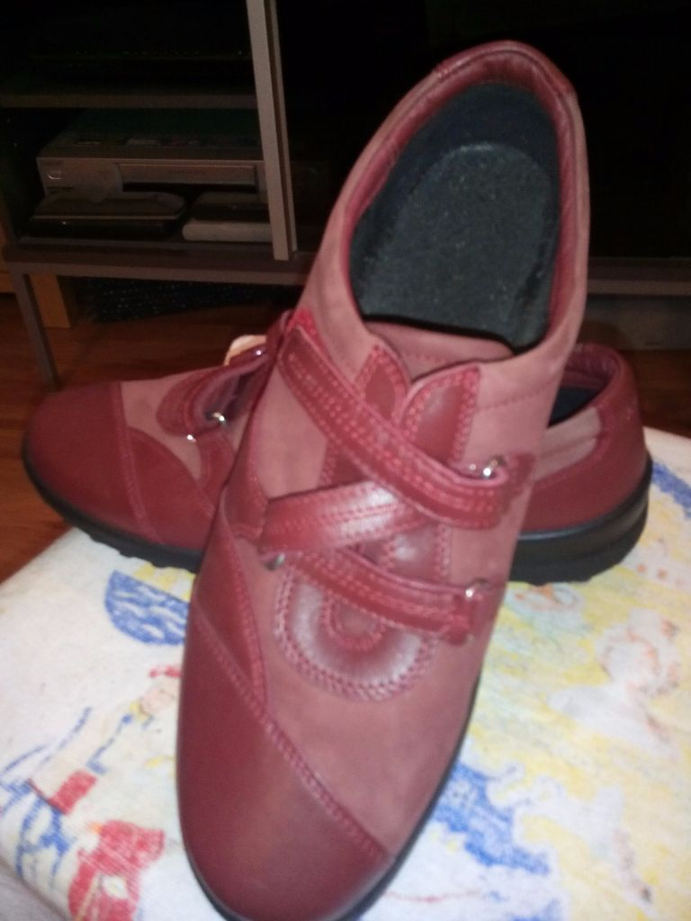 WOMEN'S WINE COLOUR HOTTER WIDE FITTING SIZE 42 SHOES WITH EASY FASTENING ONLY WORN 5 TIMES.