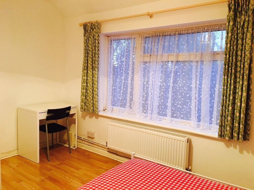 2-3 mins from Dagenham Becontree tube station, Double bed room in a nice house to let