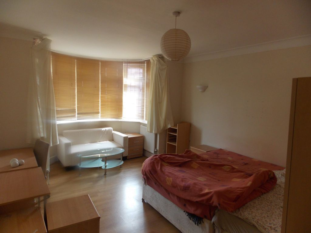 2 rooms available in an amazing brand new 3 bedflat in Willesden Green!!! with huge garden!!!