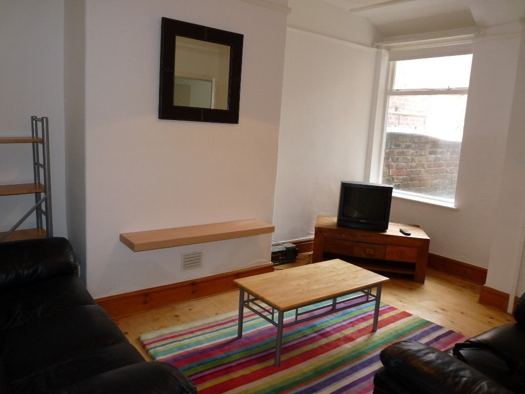Double bedroom in lovely four bedroom house, ideal for student or young professional