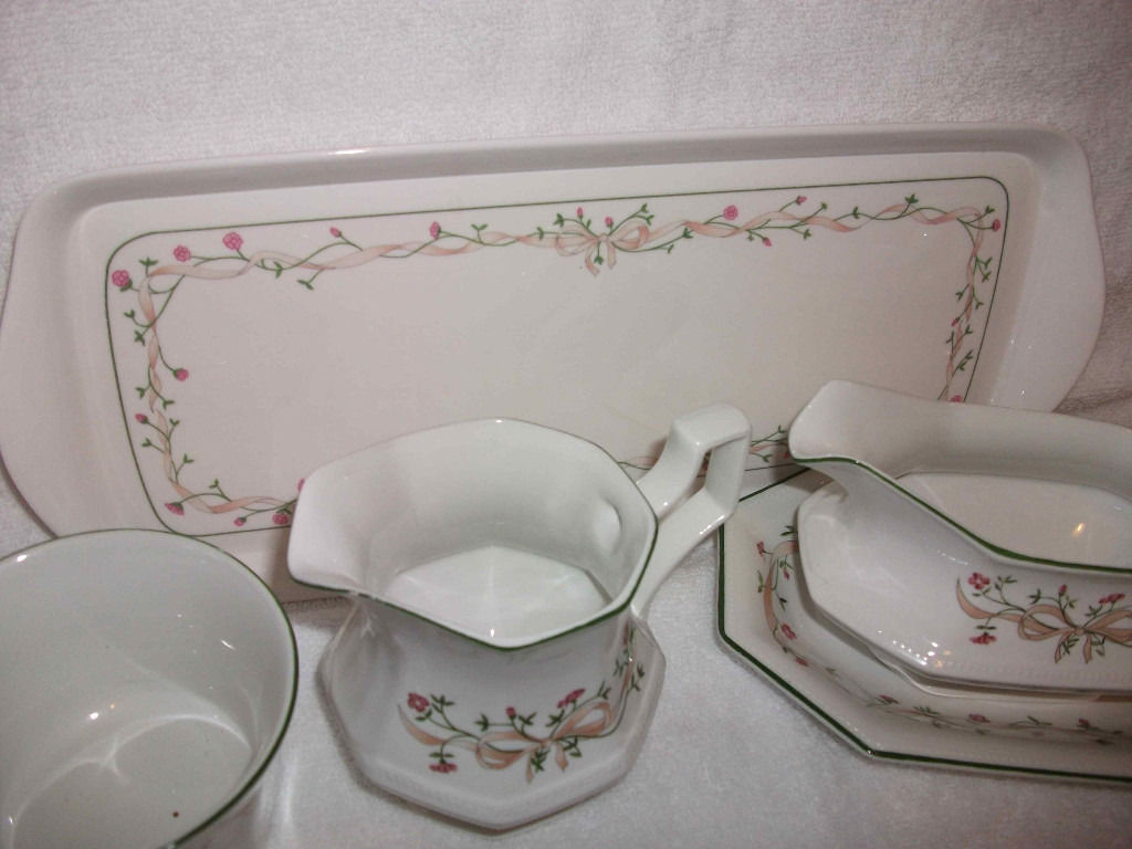 "Large amount of Johnson Brothers ""Eternal Beau"" Tableware"