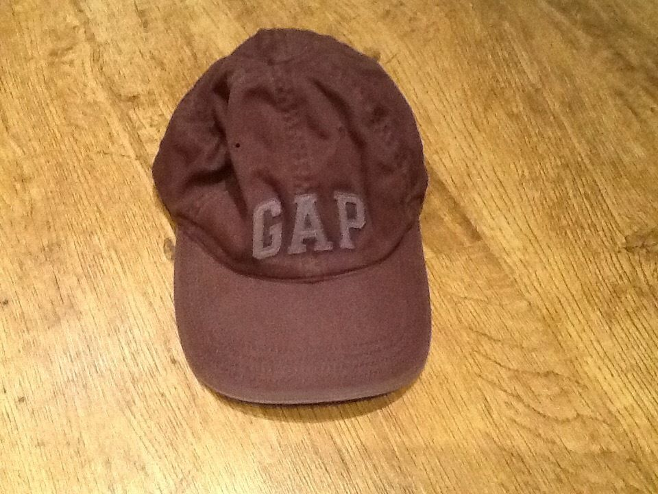 A BOYS GAP CAP - GREY COLOUR WITH GAP MOTIF ON FRONT & SIZE SMALL
