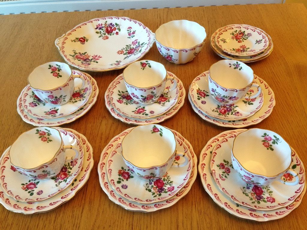 Vintage Royal Crown Derby cups, saucers and side plates for 6 people, style 839892, date 1940's,