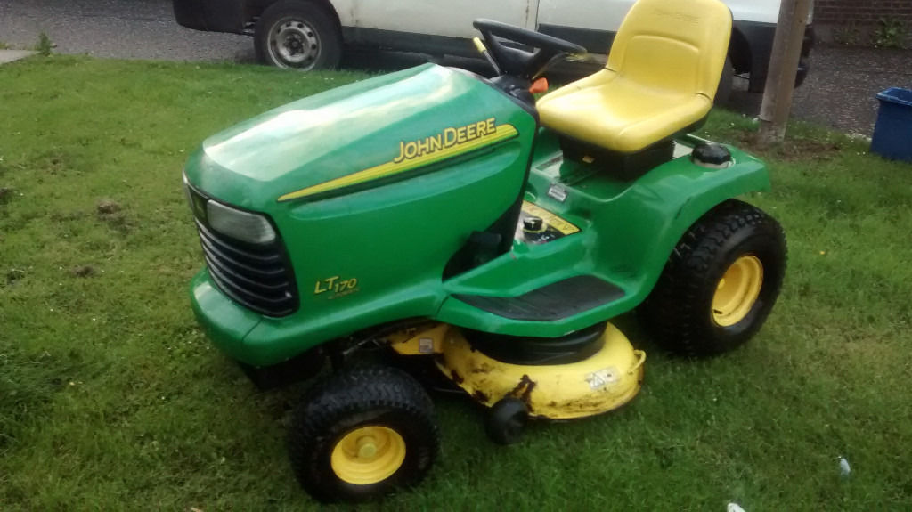 EXCELLENT Condition John Deere LT170 Ride on Mower / Lawn Tractor