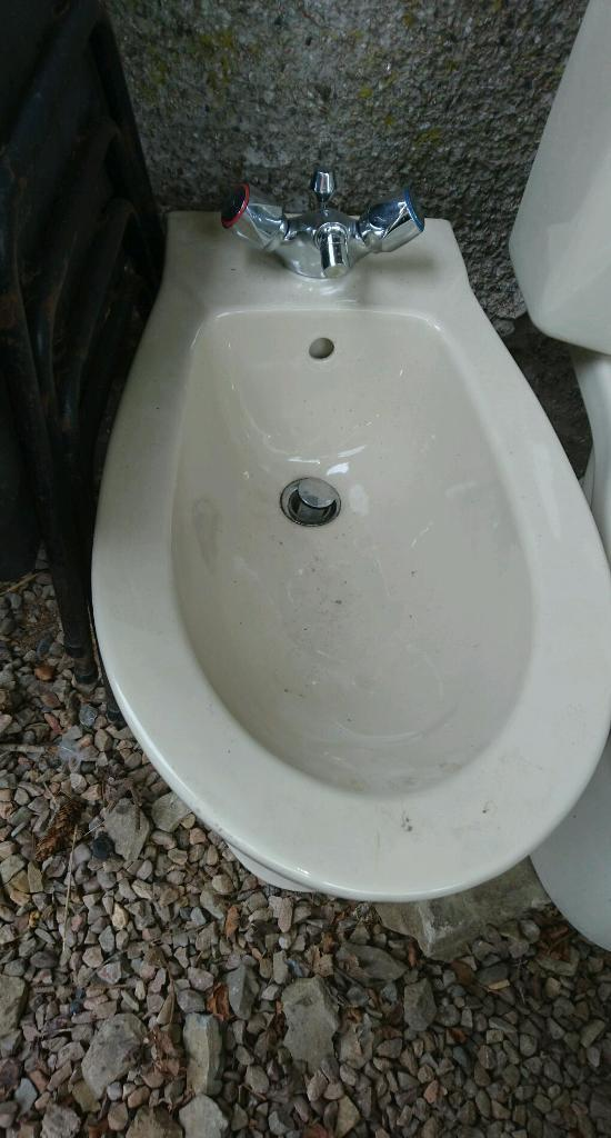 Villeroy and Boch ivory bathroom toilet 2 sink taps bath and panel
