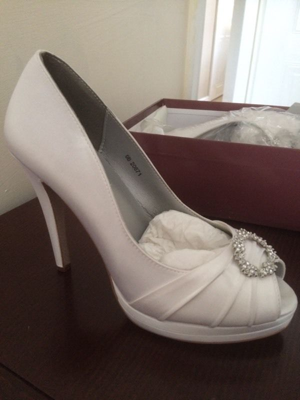 White satin wedding shoes in off white size 7- unworn and in box!