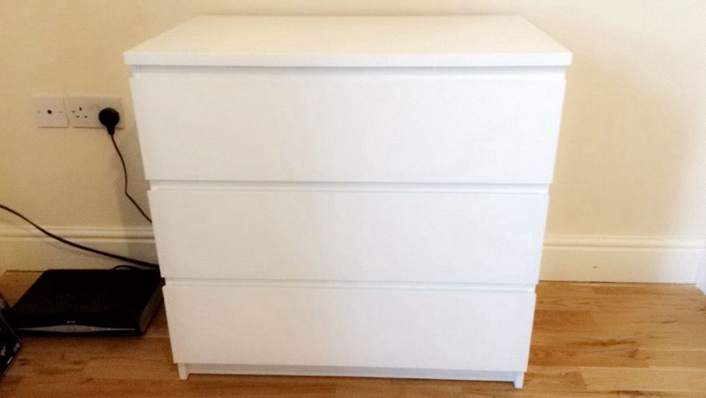 White wooden set of Drawers