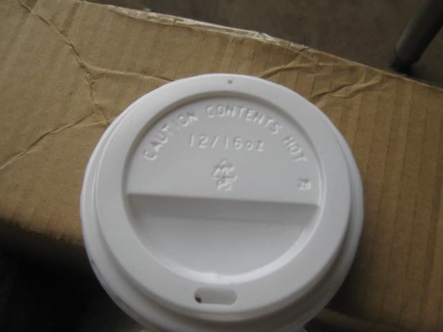 BOX OF OVER 700 90MM WHITE DISPOSABLE SIP THROUGH CUP LIDS