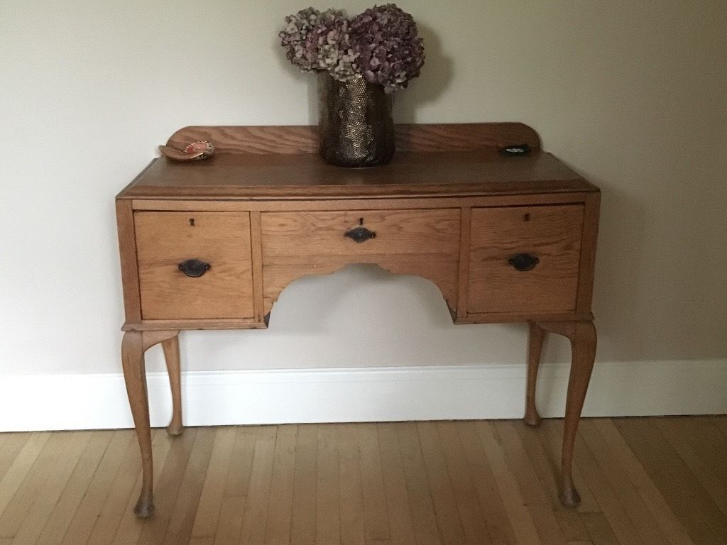 Oak sideboard/console table with 3 drawers and ornate legs