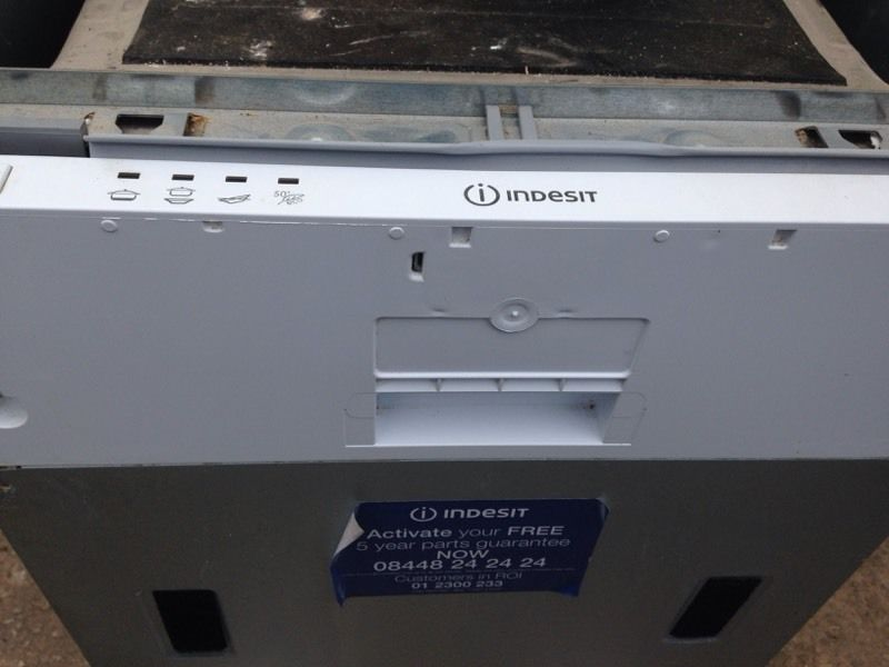 Integrated half size dishwasher indesit