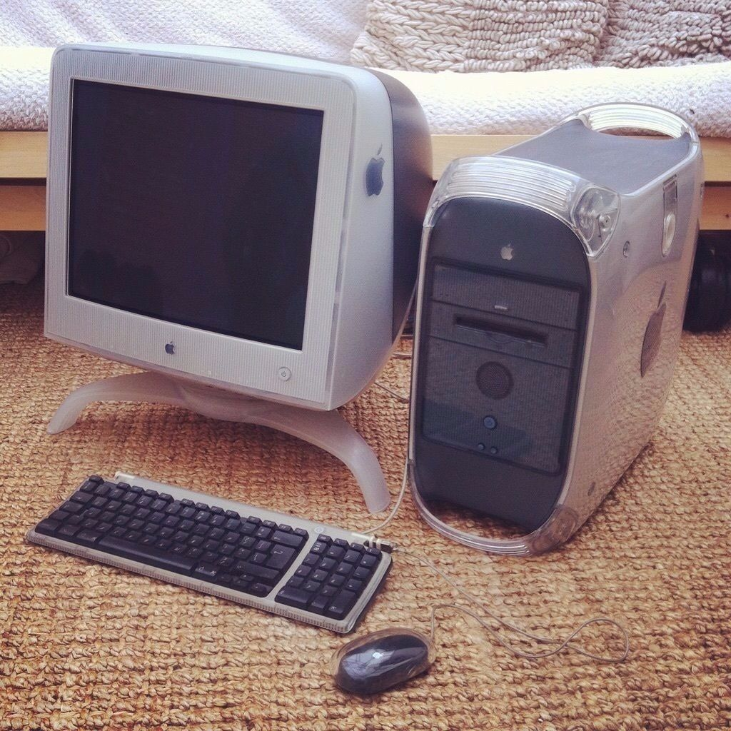Power Mac G4 Desktop Computer with 16ins Monitor and Keyboard