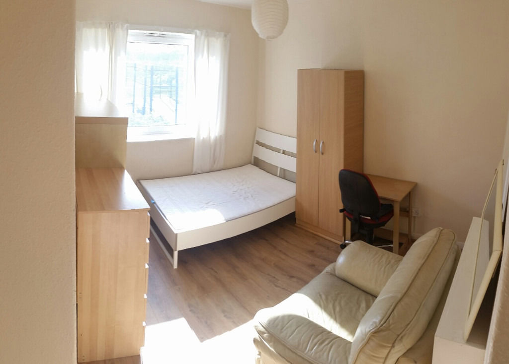 Fantastic sunny big double room in zone 1. All bills included. Available now!