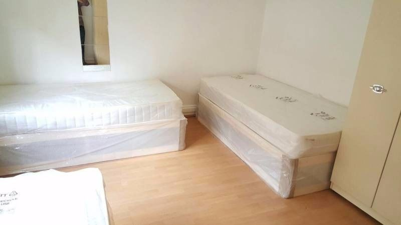 ONE BED ON A TRIPLE ROOM AVAILABLE NOW, NO DEPOSIT, FANTASTIC LOCATION!!!