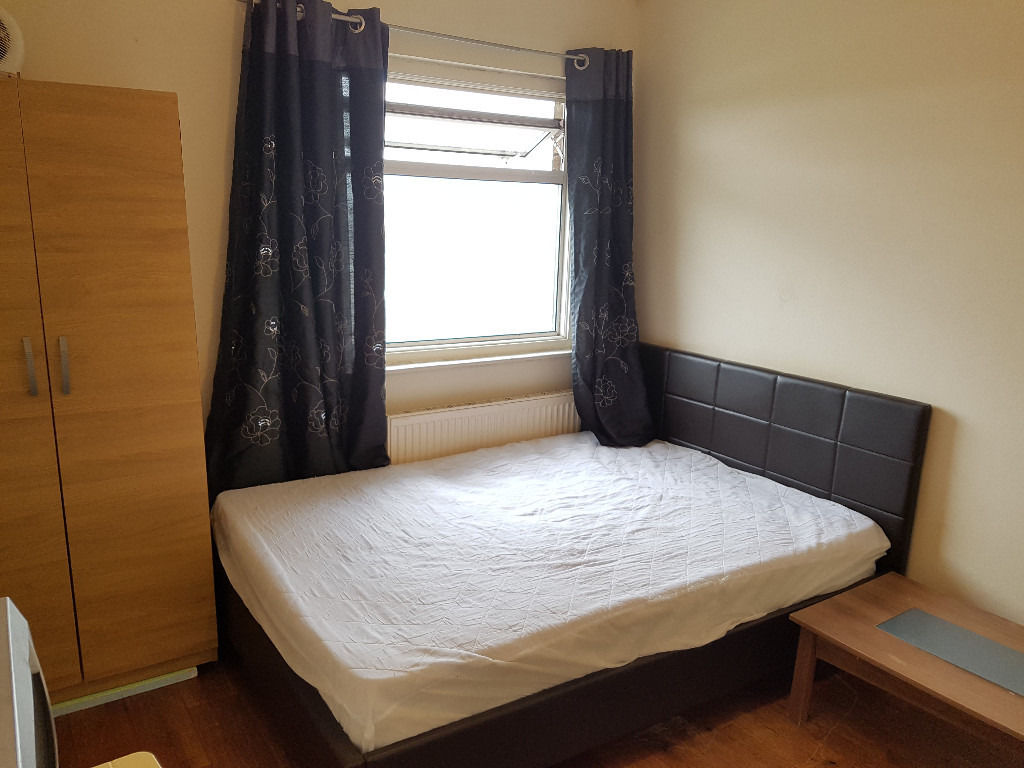A GOOD SIZE DOUBLE ROOM AVAILABLE NEAR TO UNDERGROUND STATION