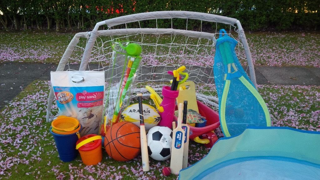 Outdoor toy collection: football nets, football, golf, bag of sand, tennis, gardening, croquet, etc.
