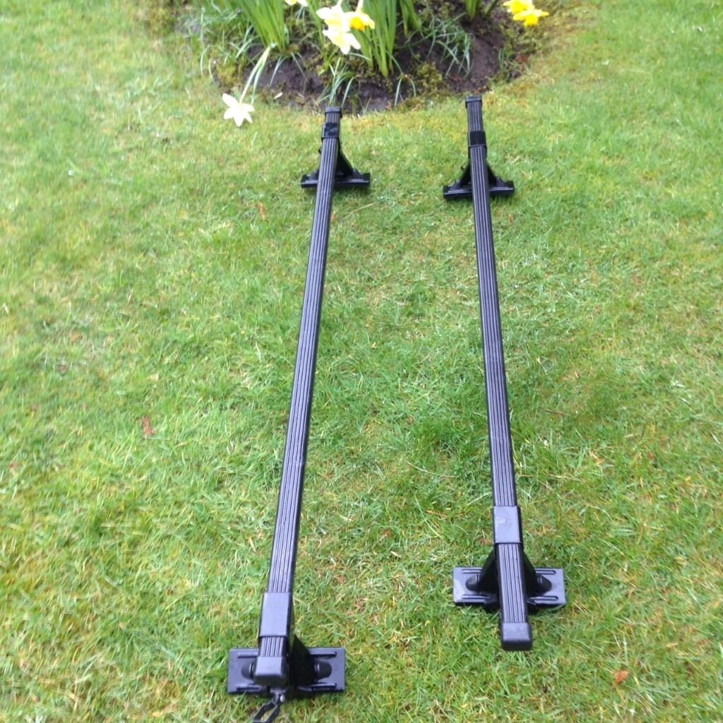 Thule Roof Bars Kit 451 and Fitting Kit 205 made in Sweden. 2 bars, 4 foot fittings, 4 end covers.
