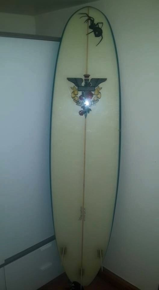 "Safari Spider Surfboard 7'6"" with a leash"