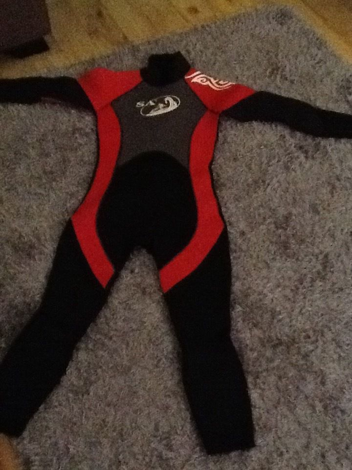 "Wet suit 28"" age approx. 7-8 uv suit and extra to age 7-8"