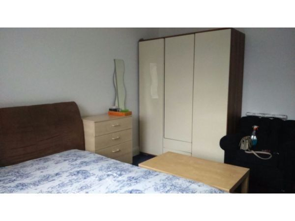 Double room in flatshare at Finchley Road / North Circular for couple or 2 friends