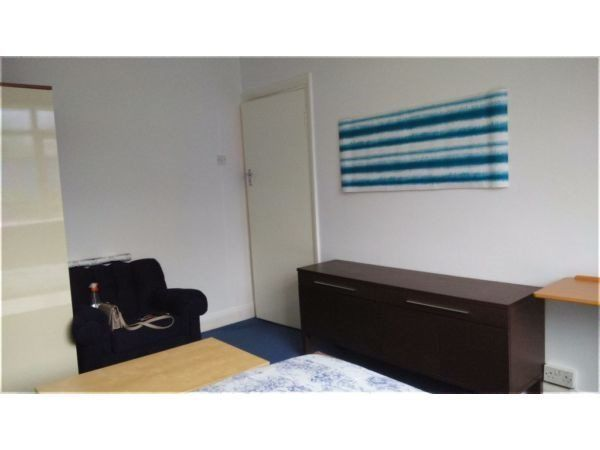 Double room in flatshare at Finchley Road / North Circular - bills incl