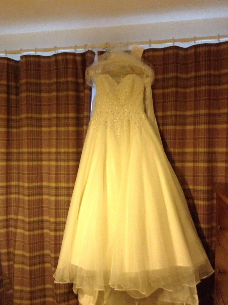 Beautiful mori lee 5174 wedding dress size 10/12 can be worn strapless or with lace shoulder straps