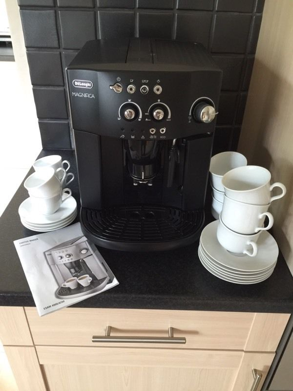 Delonghi magnifica coffee maker with medium and small coffee cups