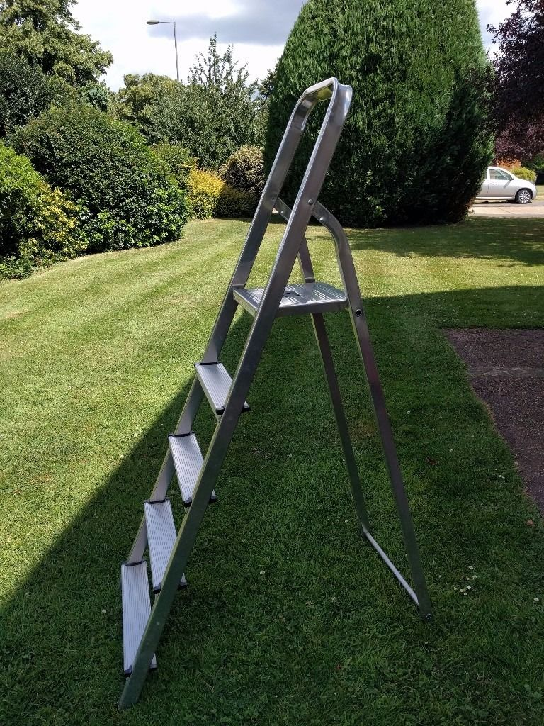 five tread alloy step ladder (5) in good condition