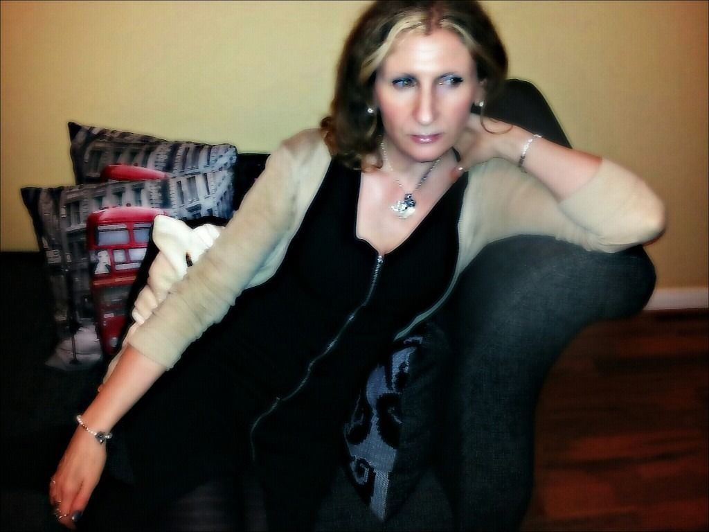 Female Vocalist seeks COVERS BAND in London or Kent area