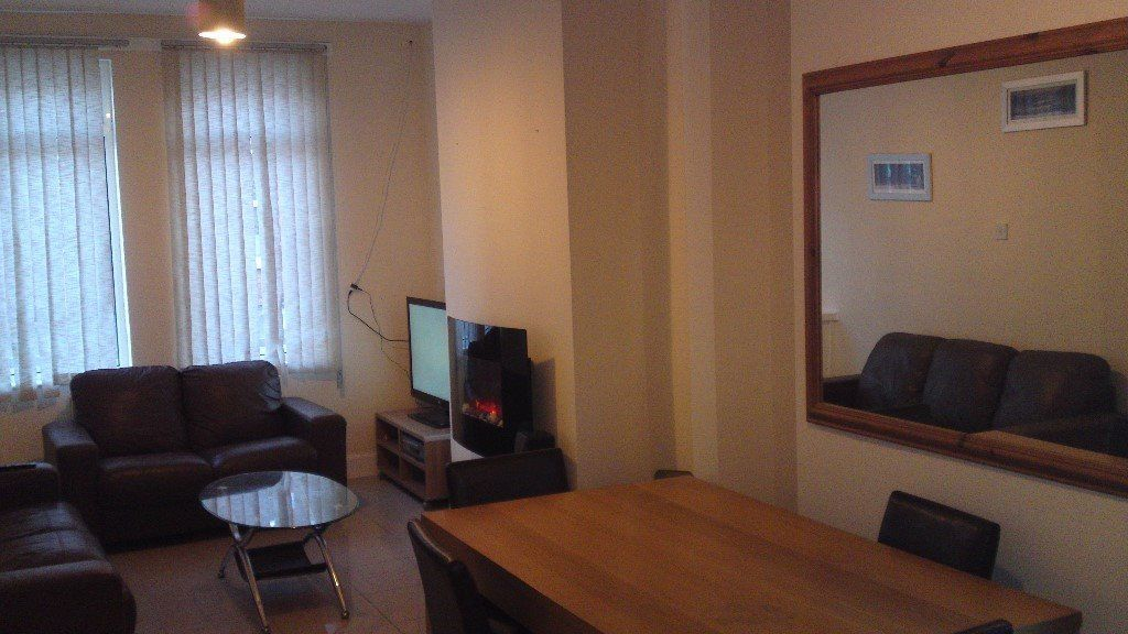 FEMALE ONLY - DOUBLE ROOM AVAILABLE IN SERVICED TOWNHOUSE CLOSE TO CITY CENTRE