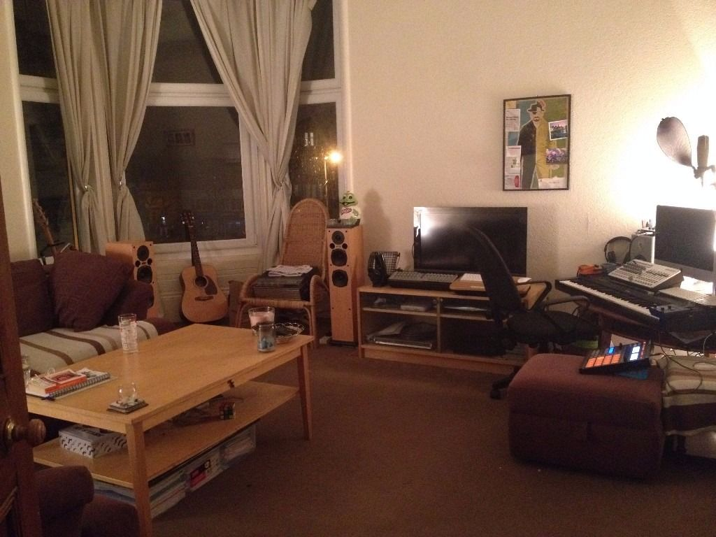 ** AVAILABLE NOW Large furnished double room in beautiful top floor Shawlands flat **