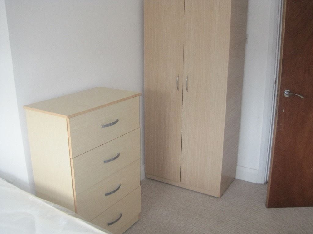 Large Single Room - Walking Distance to Queens Park Station - All Bills + Free WIFI