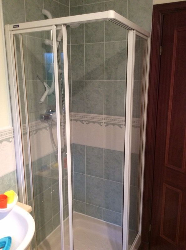 Shower enclosure in white