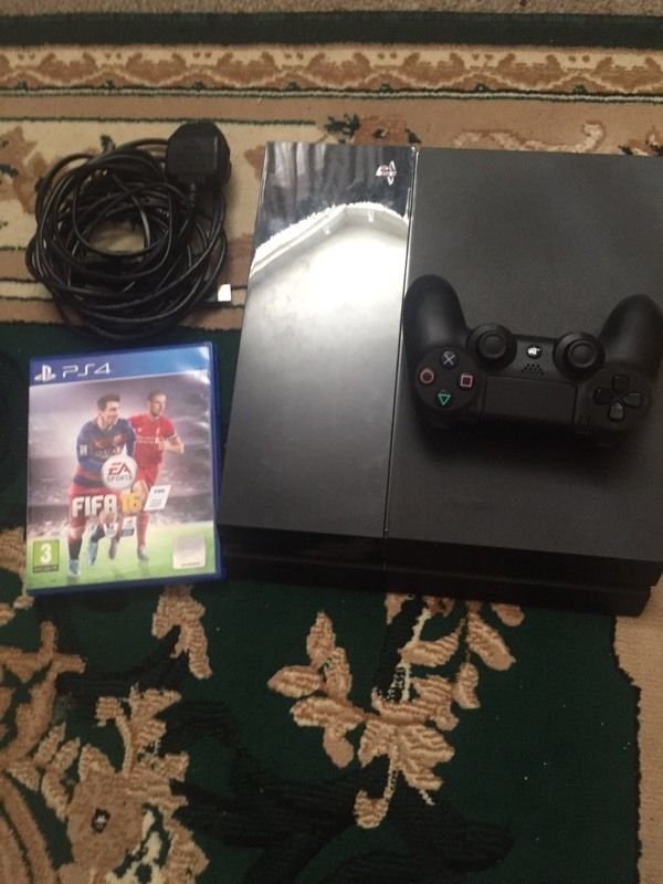 Ps4 500GB comes with FIFA 16 immaculate condition only been used few times