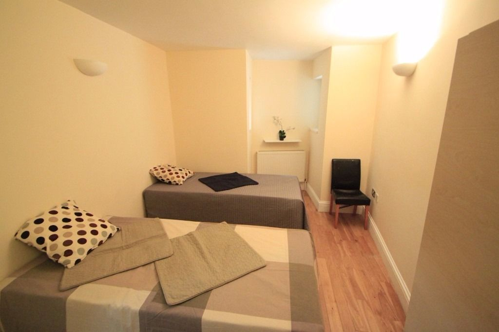 Nice twin room in Archway, 5 minutes walk from tube station 3 bedroom flat (76A1)