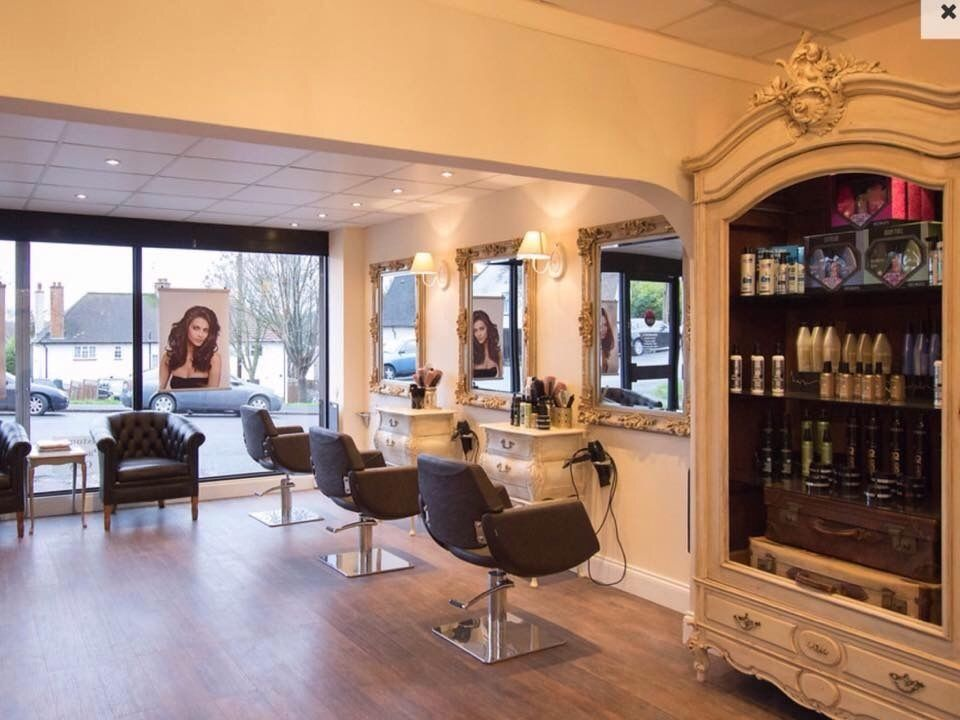 Looking for a part time experienced unisex hairstylist in a small friendly hair salon